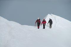 Scalatori su MontBlanc che fa un'escursione itinerario Fotografie Stock Libere da Diritti