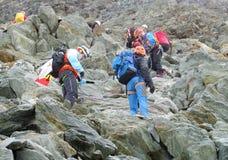 Scalatori su MontBlanc che fa un'escursione itinerario Immagine Stock