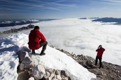 Scalatori sul picco di montagna Immagine Stock Libera da Diritti