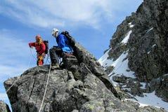 Scalatori sull'itinerario dell'alpinista Fotografie Stock