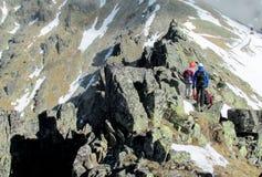 Scalatori sull'itinerario dell'alpinista della neve e della roccia Immagini Stock Libere da Diritti