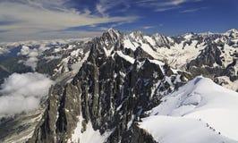 Scalatori sulle alpi francesi osservate da Aiguille du Midi, Francia Fotografia Stock Libera da Diritti