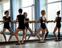 Scaldarsi dei ballerini di balletto Fotografia Stock