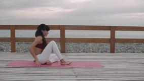 Scaldarsi della donna all'aperto sulla spiaggia archivi video