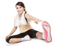 Scaldarsi della donna di forma fisica Fotografia Stock
