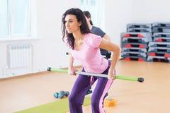 Scaldarsi delle donne di forma fisica, esercitantesi facendo allenamento nel club di forma fisica Immagini Stock Libere da Diritti