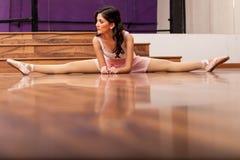 Scaldarsi grazioso del ballerino di balletto Fotografia Stock