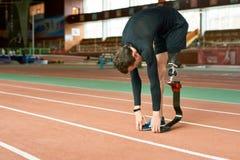 Scaldarsi handicappato dello sportivo immagine stock
