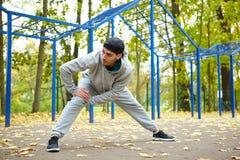 Scaldarsi i muscoli prima della formazione Immagini Stock