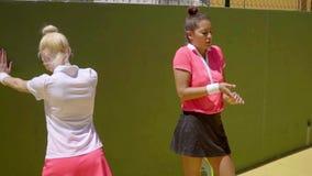 Scaldarsi sportivo di due giovane tennis stock footage