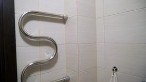 Scaldino dell'asciugamano in bagno stock footage