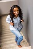 Scale africane della studentessa di college Fotografie Stock Libere da Diritti