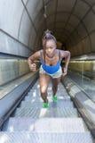 Scale africane di esercizio e di salita della donna di bello sport, salute Fotografie Stock