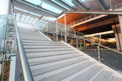 Scale al nuovo terminale di aeroporto Immagini Stock