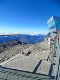Scale alla cima delle montagne che discendono verso un terreno roccioso fotografia stock libera da diritti