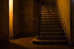 Scale antiche dentro costruzione abbandonata fotografie stock libere da diritti