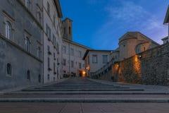 Scale antiche nel quadrato centrale di Spoleto immagine stock libera da diritti