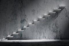 Scale ascendenti della scala in aumento nei wi vuoti scuri ruvidi della sala Fotografie Stock Libere da Diritti