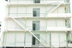 Scale bianche dell'uscita di sicurezza, appartamento del mattone sulla parete di costruzione nella città di Bangkok fotografia stock
