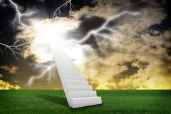 Scale in cielo con erba verde ed il temporale Fotografie Stock