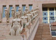 Scale con lo statuto delle signore nude Immagine Stock