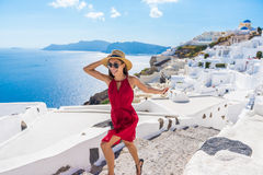 Scale correnti Santorini della donna felice turistica di viaggio immagine stock