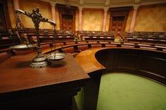 Scale decorative di giustizia nell'aula giudiziaria Fotografia Stock Libera da Diritti
