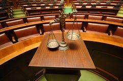 Scale decorative di giustizia nell'aula giudiziaria Fotografie Stock Libere da Diritti