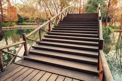 Scale del ponte di legno, parco ad ovest del lago a Hangzhou Immagine Stock Libera da Diritti