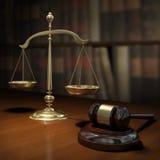 Scale dell'oro e martello dell'asta Fotografia Stock