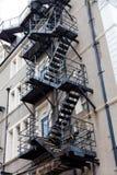 Scale dell'uscita di sicurezza del metallo Scale dell'uscita di sicurezza dietro una costruzione Scale sul retro della costruzion fotografia stock libera da diritti