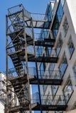 Scale dell'uscita di sicurezza sulla parete di costruzione a Londra, Regno Unito fotografia stock libera da diritti