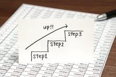 Scale della scrittura che si dirigono verso l'alto con la freccia su carta Concetto di successo di affari ed idea di crescita Fotografia Stock