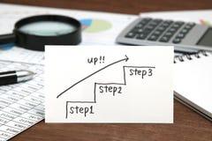 Scale della scrittura che si dirigono verso l'alto con la freccia su carta Concetto di successo di affari ed idea di crescita Immagini Stock