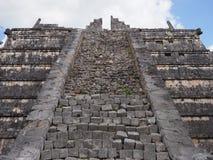 Scale della tomba della piramide dell'arciprete alla città maya di Chichen Itza al Messico fotografia stock libera da diritti