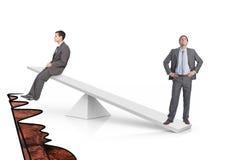 Scale di bianco che misurano due uomini d'affari Immagini Stock Libere da Diritti