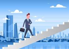 Scale di camminata dell'uomo di affari su sopra l'uomo d'affari moderno Career Development Concept del fondo della città Illustrazione di Stock