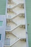 Scale di fuga dell'uscita di sicurezza sul vecchio edificio per uffici Immagine Stock