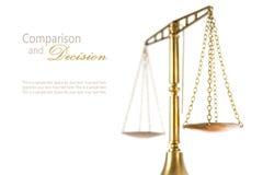 Scale di justitz isolate su un bianco, decis di confronto di concetto Immagine Stock Libera da Diritti