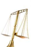 Scale di justitz isolate su un bianco, vista da sotto Fotografie Stock Libere da Diritti
