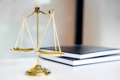 Scale di legge o libri dorati di legals e del peso sulla tavola Simbolo di Immagini Stock Libere da Diritti