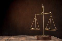 Scale di legge sulla tavola Simbolo di giustizia fotografia stock