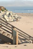 Scale di legno che piombo ad una spiaggia in California Fotografia Stock Libera da Diritti