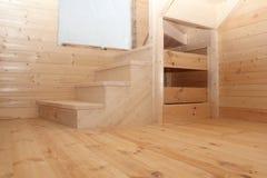 Scale di legno del sottotetto nell'ambito della vista di fine di conctruction Fotografia Stock Libera da Diritti