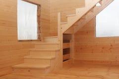 Scale di legno del sottotetto nell'angolo sotto il conctruction Fotografie Stock Libere da Diritti