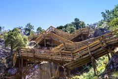 Scale di legno intorno alla montagna Immagine Stock