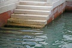 Scale di marmo che discendono al mare Fotografie Stock Libere da Diritti