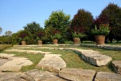Scale di pietra con le piantatrici del fiore Immagini Stock