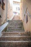 Scale di pietra strette nella vecchia città fotografie stock