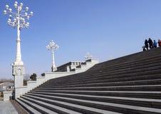 Scale e lampade sul territorio della cattedrale della trinità santa a Tbilisi fotografia stock libera da diritti